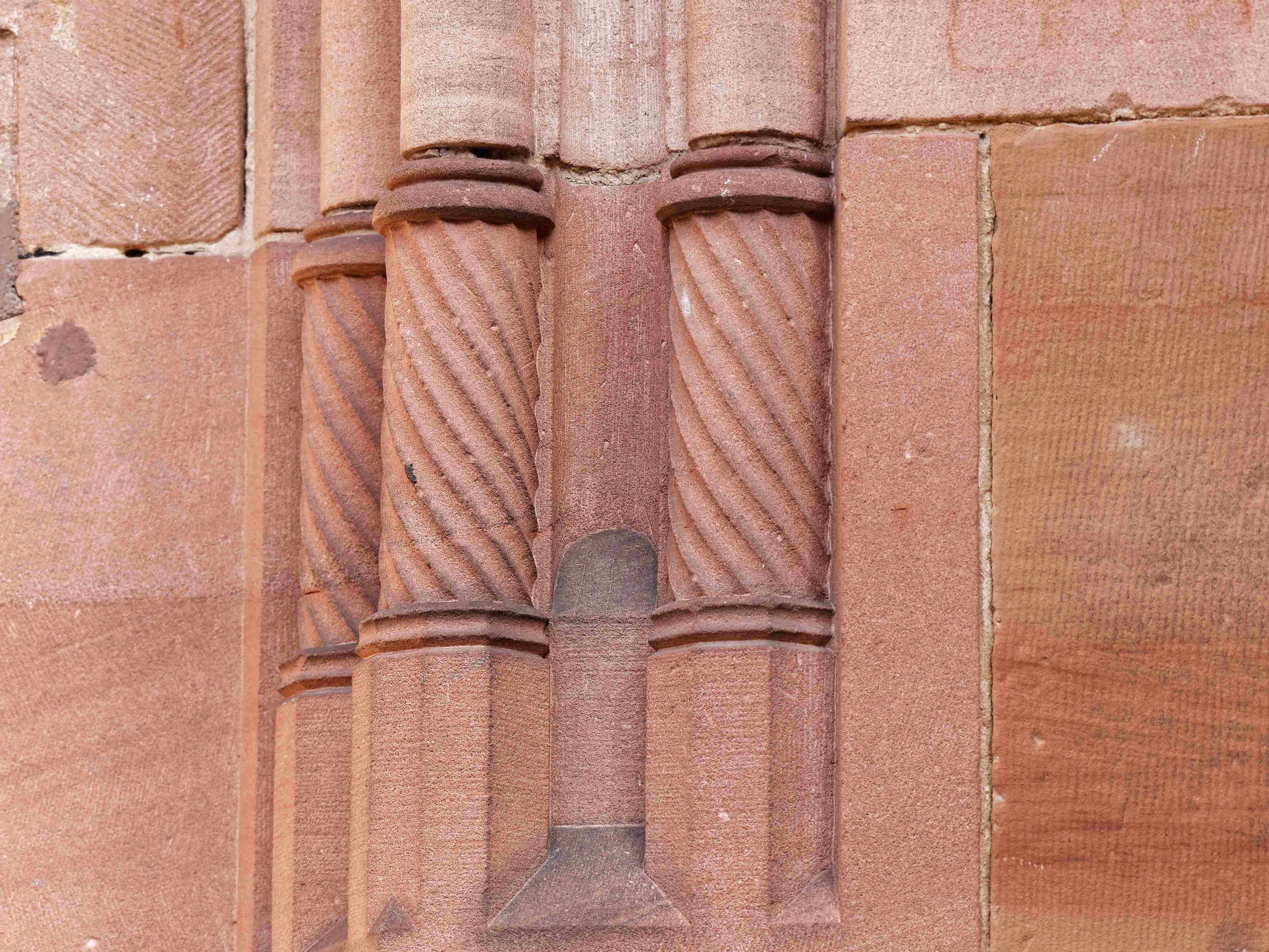 Verzierte Säulen an der Südwand