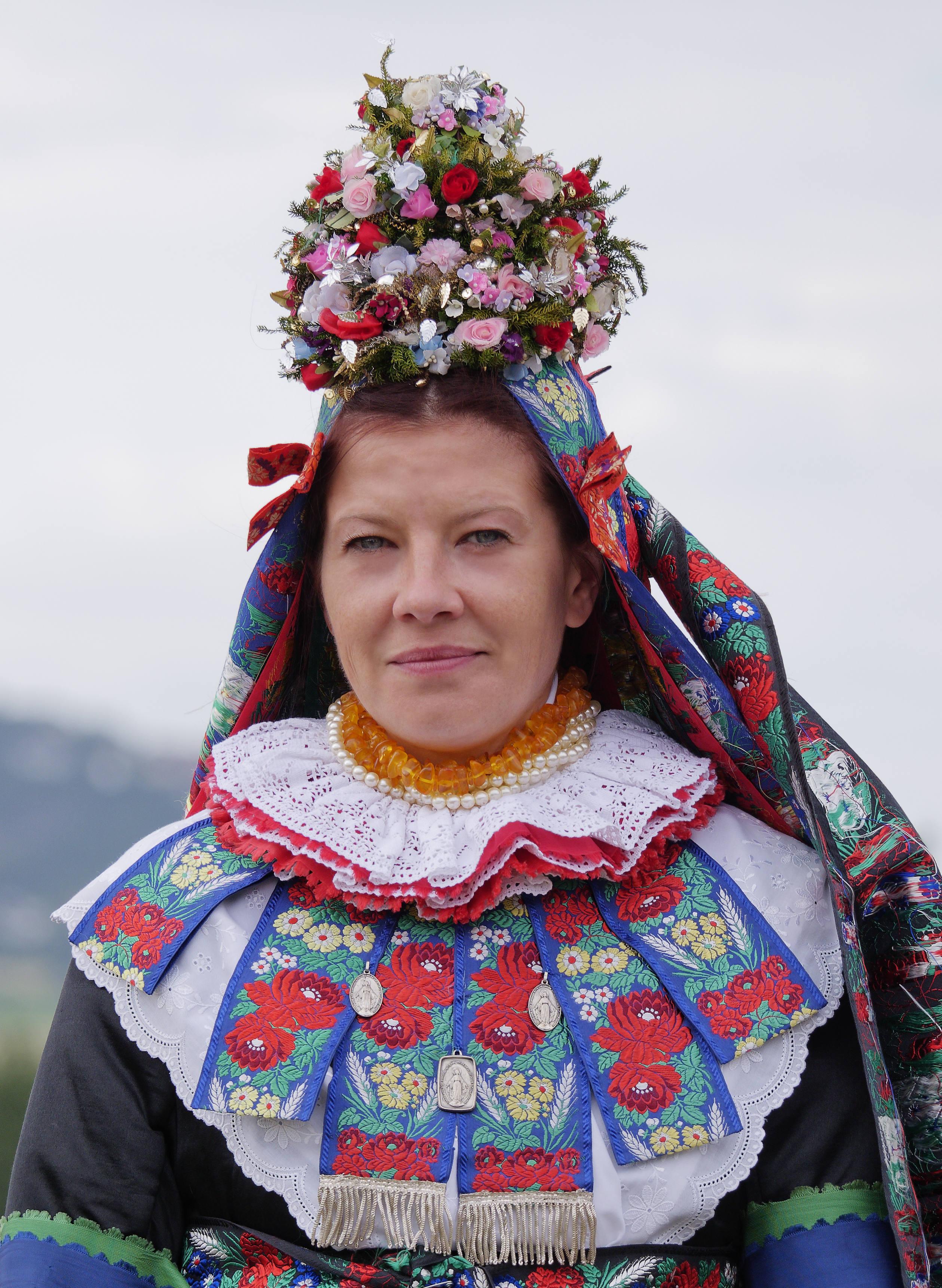 Die Katholische Braut aus Erfurtshausen trägt auf dem Kopf das sog. Aufgesetzt.
