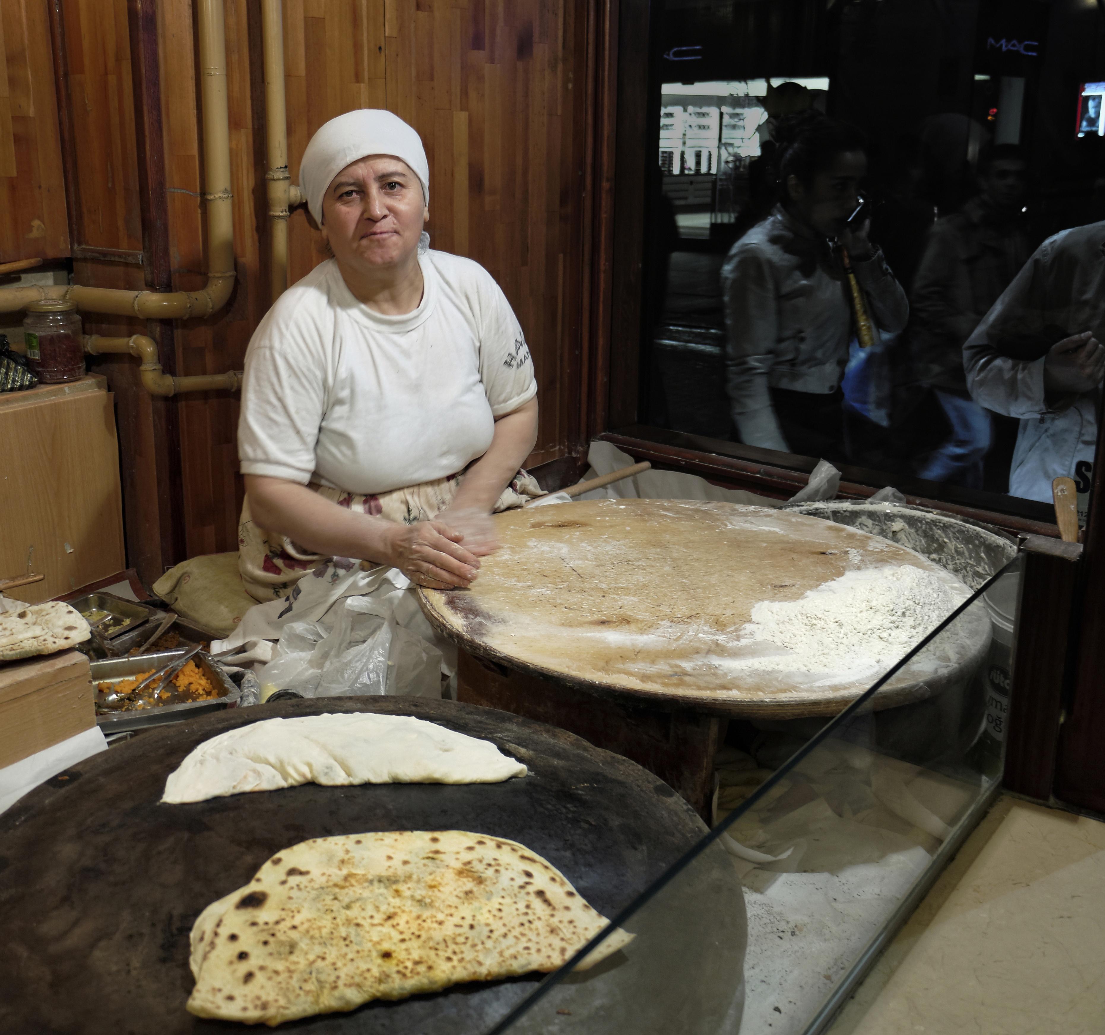 ISTANBUL: GÖZLEME, Fladenbrot, gefüllt mit Schafskäse und Kräutern bzw. süß mit Zimt und Zucker