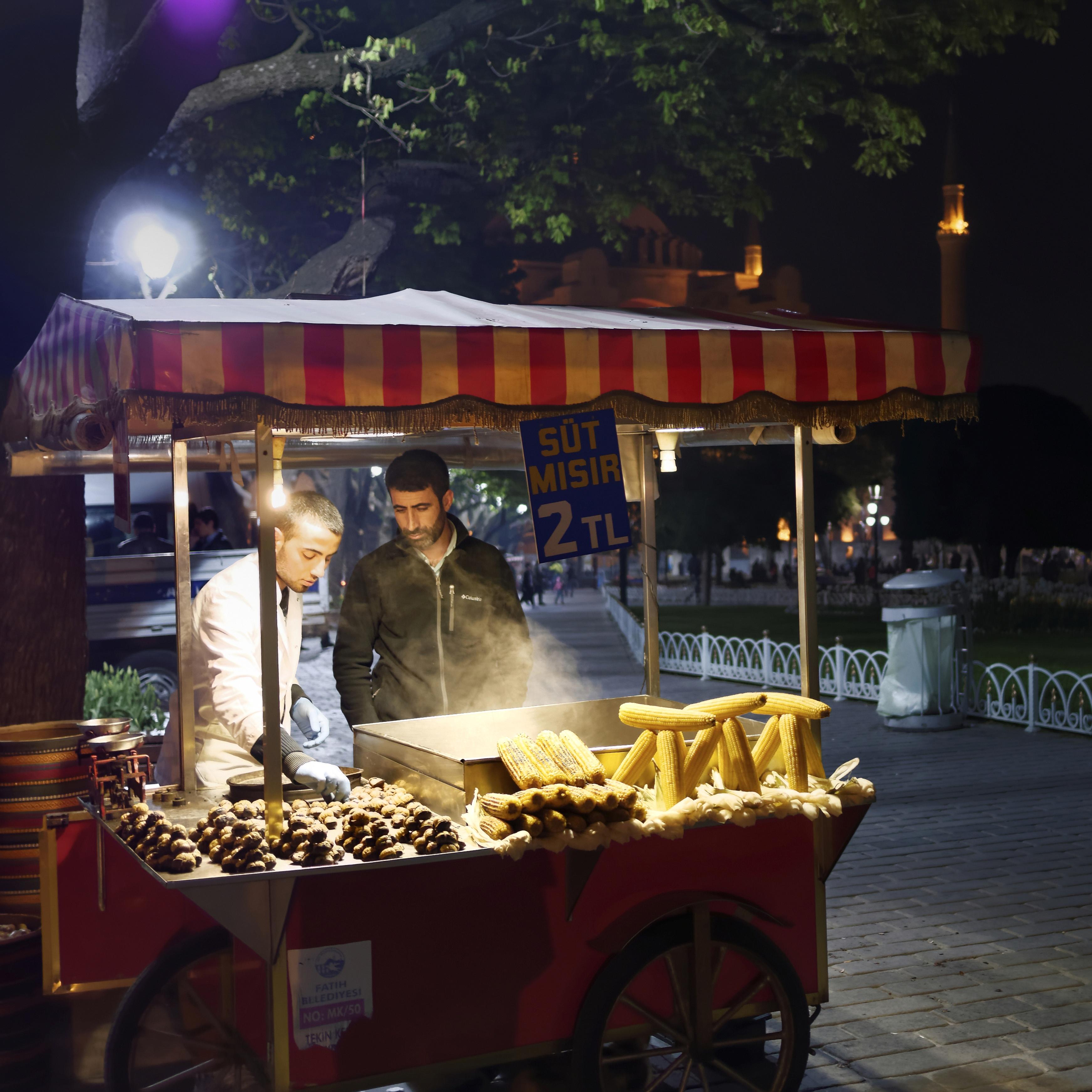 ISTANBUL, Hippodrom: KESTANE KEBABI, geröstete Edelkastanie und SÜT MISIR, gekochte Maiskolben