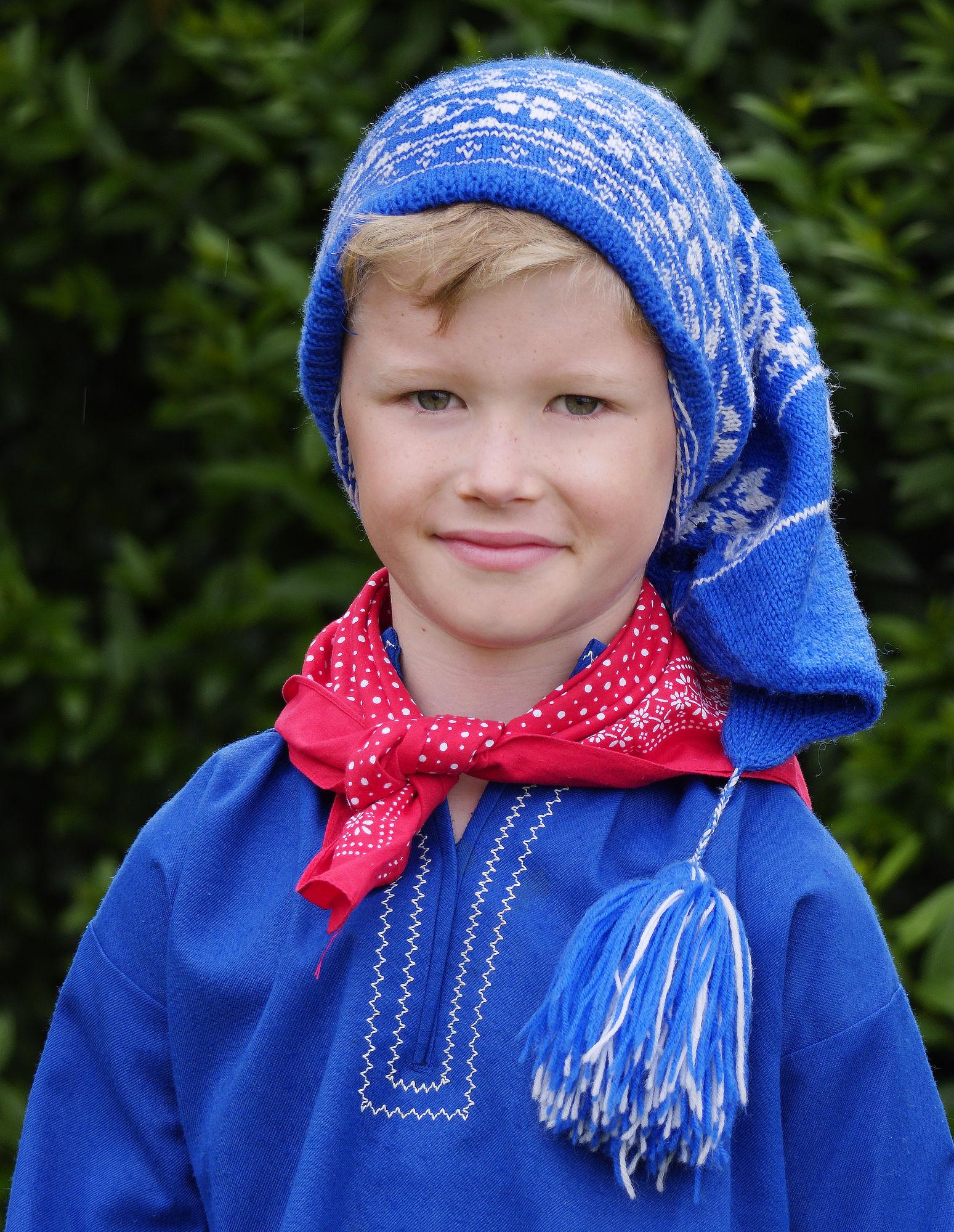 Zum Erntefest  trugen kleinere Jungen eine blaue Bommelmütze.
